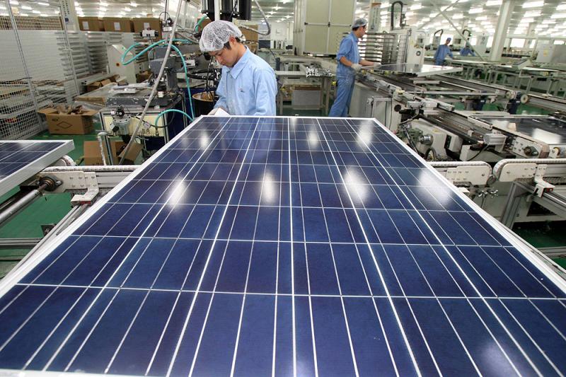 Завод по производству солнечных панелей в Китае