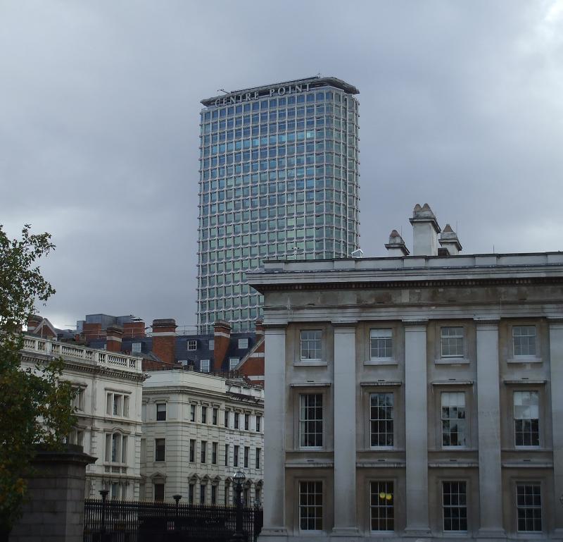 Небоскреб Сентр-Пойнт на улице Тоттенхэм-Корт-Роуд в Лондоне