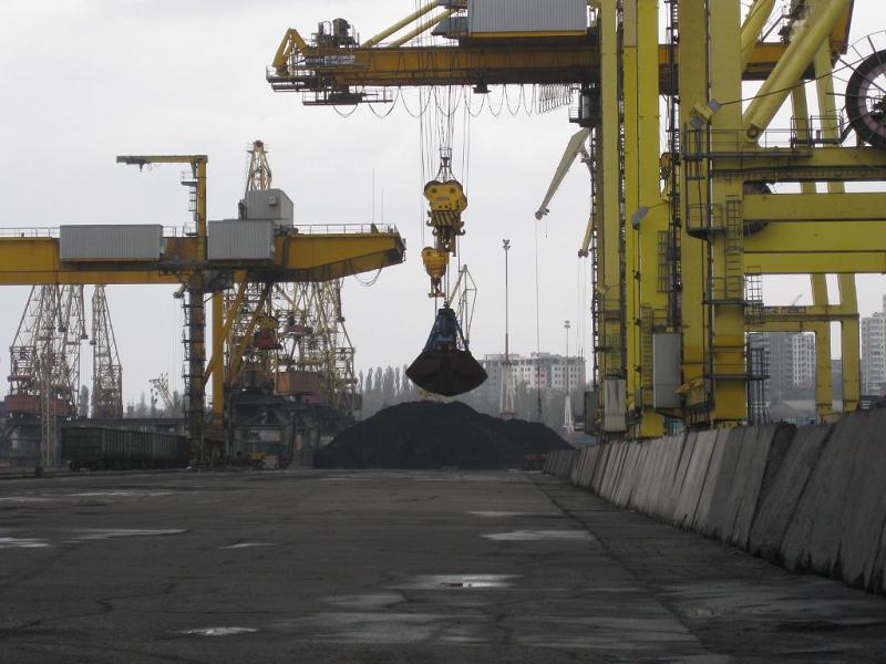 Разгрузка угля в Ильичевском порту на Украине