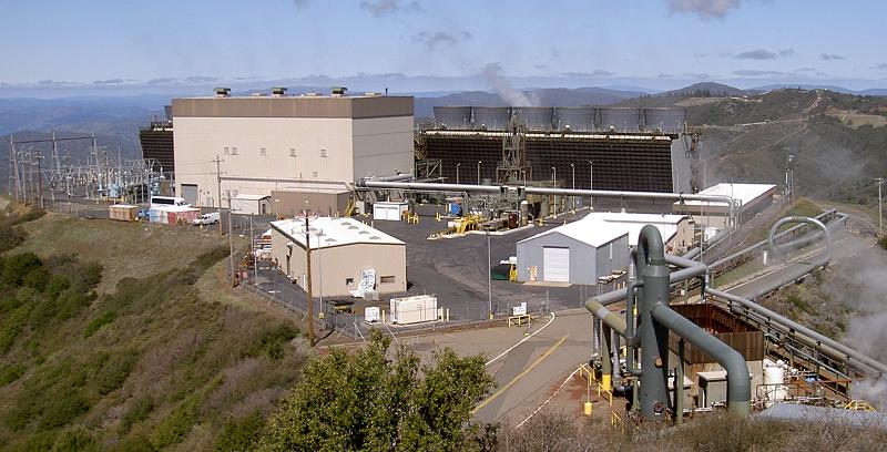 Одна из геотермальных электростанций комплекса Geysers geothermal power complex в США