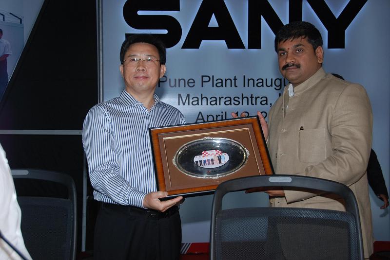 Председатель Sany Group Лян Венген и руководитель Министерства торговли и промышленности Индии Сашин Ахир