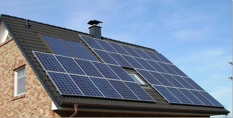 Крыша дома с солнечными панелями