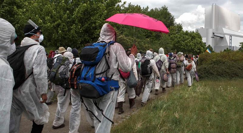 Участники акции протества направляются к тепловой электростанции Schwarze Pumpe