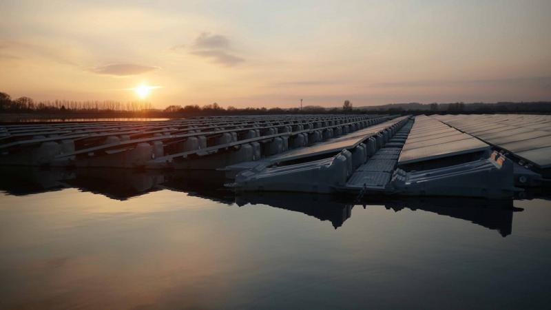 Плавающая солнечная электростанция на ферме Шиплендс в графстве Беркшир
