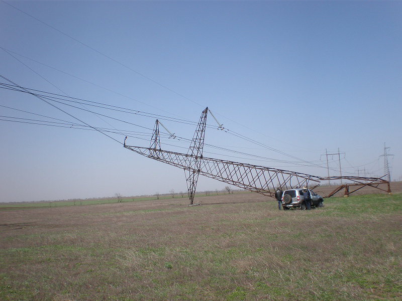Подорванная опора на Украине в Херсонской области рядом с приграничным селом Чонгар